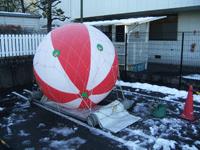 雪の中のアドバルーン