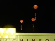 パチンコ店の夜に光るアドバルーン