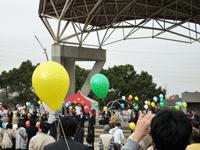 東海市秋祭りでエコ風船リリース